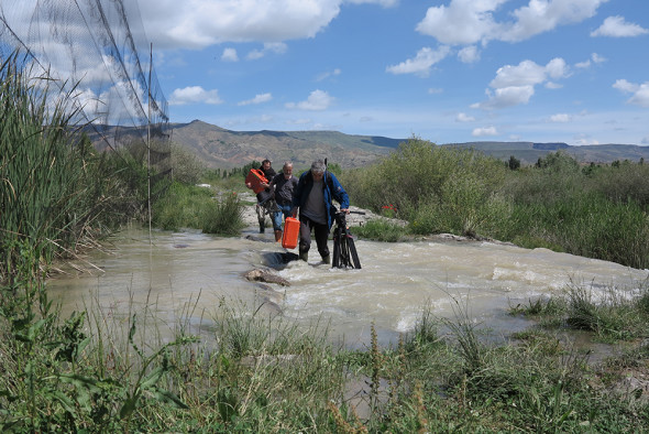 Crew_river_crossing_Turkey-1000w